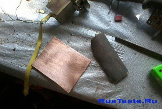 Кусок фольгированого pачищаем кусочком наждачки нулевочки