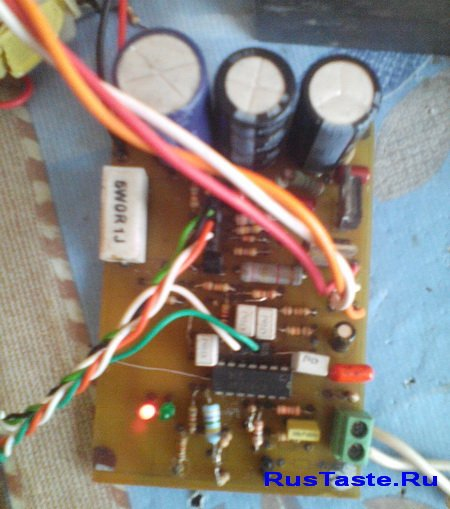 Фото работы индикатора зарядки под нагрузкой