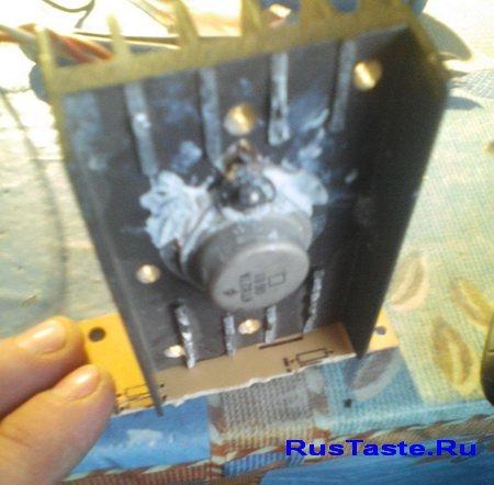 Транзистор КТ827А на радиаторе, установленный на платформе из текстолита