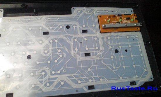 Нижняя часть клавиатуры с платой и пленкой с контактами