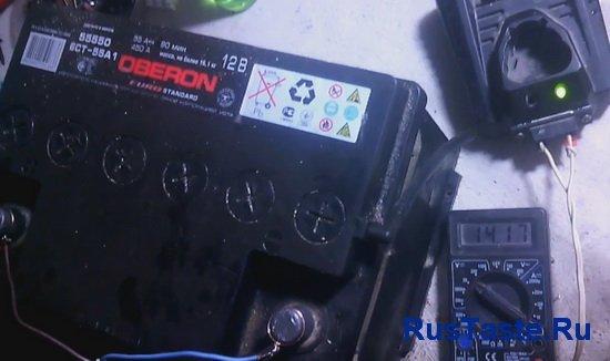 Зарядное устройство заряжает автомобильный аккумулятор 55А 12В