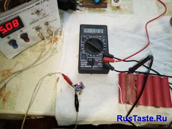 Зарядка модулем блока батарей током 1А